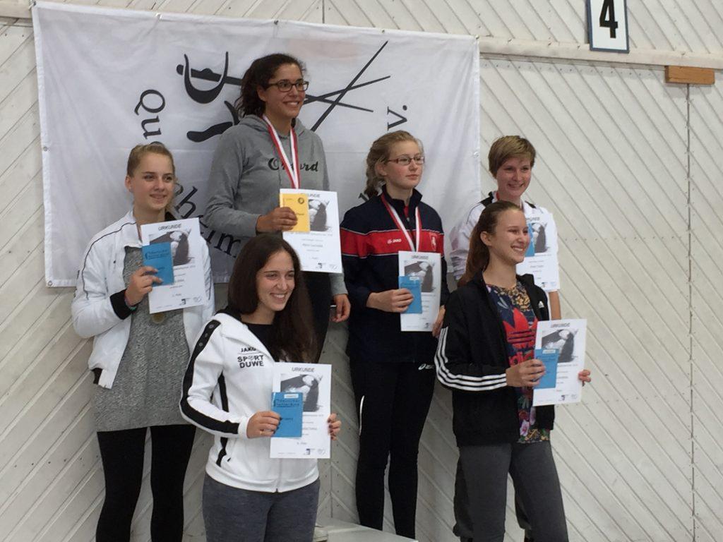 Siegerehrung Damendegen Junioren, Pauline auf Platz 5, Miriam auf Platz 3